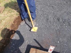 根掘工の上から砕石を敷き詰めて人力で踏み固めます。
