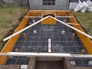 次にコンクリートのひび割れを防ぐため約20センチ間隔で鉄筋を組んでいきます。