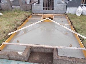 最後にコンクリート打設工を行います。一定の養生期間をおいて型枠を外して基礎工事の完成です。
