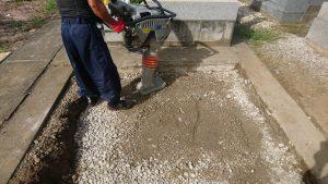 転圧工。根掘りの上から砕石を敷き詰めてランマー等でしっかりと踏み固めます。