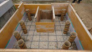 配筋工。コンクリートのひび割れを防ぐため約20センチ間隔で鉄筋を組んでいきます。