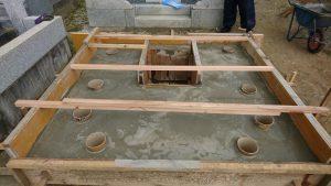 打設工。型枠にコンクリートを流し込み一定の養生期間をおきます。基礎が固まったら型枠を外して基礎工事の完成です。