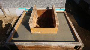 打設工。型枠にコンクリートを流し込み一定の養生期間をおきます。型枠を外して基礎工事の完成です。