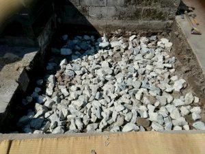 転圧工。割栗、砕石を敷き詰めてランマー等でしっかりと踏み固めます。