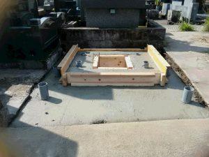打設工。型枠にコンクリートを流し込みコテで均します。一定の養生期間をおいて型枠を外して基礎工事の完成です。