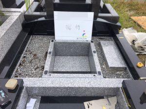 地震対策として石材の重なる部分には免震シートを使用して石材同士しっかりと固定します。