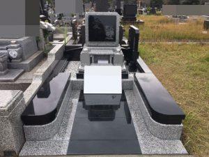 インドSRとG688中目二色の石材を使用しています。ベンチを兼ねた幅広の門柱にはデザイン性と機能性の両方を兼ね備えました。