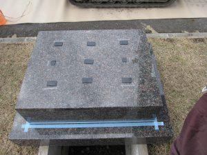 このように石材の重なる部分には免震シートを使用して大切なお墓を地震からお守り致します。