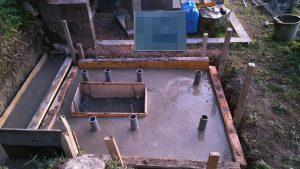 最後にコンクリートを流し込みます。一定の養生期間をおき型枠を外して基礎工事の完成です。