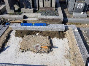 まずは外柵から石材用ボンドとモルタルを使用して石材同士しっかりと固定します。