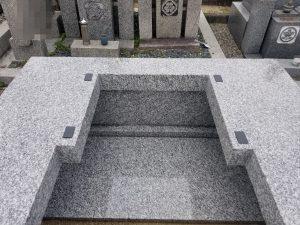 石材の重なる部分には免震シートを使用して地震からの揺れを軽減します。