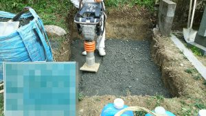 次に転圧工を行います。砕石を敷き詰めてランマー等でしっかりと踏み固めます。