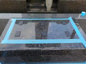 地震対策として石材の重なる部分には免震シートを使用して大切なお墓をお守り致します。