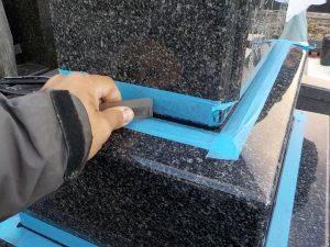 石材の隙間を塞ぐためマスキングテープで養生してからシーリングを行います。