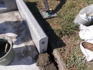 まずは外柵から。石材用ボンドとモルタルを使用して石材を据え付けていきます。