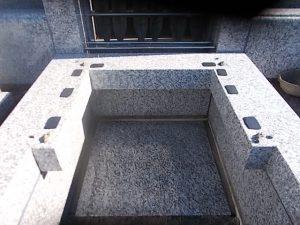 石材の重なる部分には免震シートを使用します。地震の揺れを軽減して大切なお墓をお守り致します。