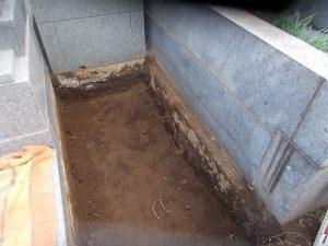 根掘工を行います。通路面から約30センチ程掘り下げます。