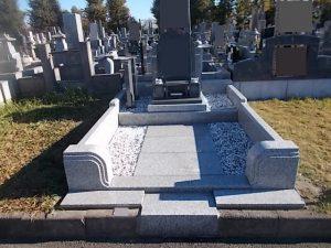 お参り部分を広くした洋型のお墓の完成です。石塔部分にはインドSR、外柵はG688中目でお作りしました。