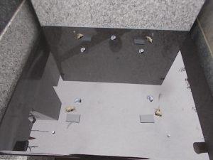 石材の重なる部分には免震シートを使用して大切なお墓を地震の揺れからお守り致します。