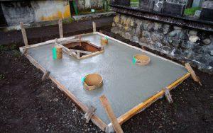 コンクリート打設工。型枠にコンクリートを流し込み一定の養生期間をおきます。最後に型枠を外して基礎工事の完成です。