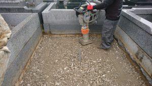 次に転圧工を行います。根掘工の上から砕石を敷き詰めてランマー等でしっかりと転圧します。