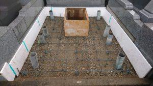 転圧した後、配筋工を行います。コンクリートのひび割れを防ぐため約20センチ間隔で鉄筋を組んでいきます。