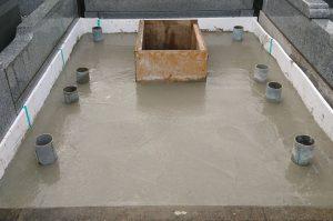 最後に打設工を行います。型枠にコンクリートを流し込み、一定の養生期間をおきます。型枠を外して基礎工事の完成です。