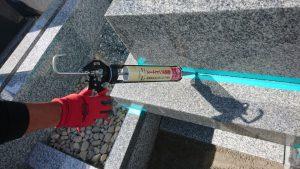 石材同士の隙間を塞ぐためマスキングテープで養生してからシーリングを行います。