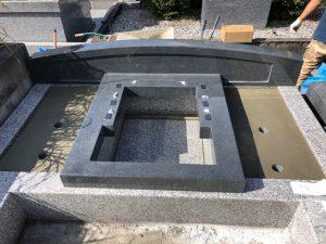 地震対策として石材の重なる部分には免震シートを使用して地震からの揺れを軽減します。