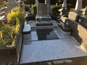 本日もまごころ職人が施工した洋型のお墓が無事完成しました。ベンチを兼ねた幅広の門柱にはデザイン性と機能性の両方を備えました。