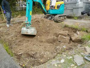 まずは根掘工から。通路面から約30センチ程掘り下げます。