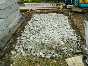 次に転圧工を行います。根掘工の後砕石を敷き詰めてしっかりと踏み固めます。