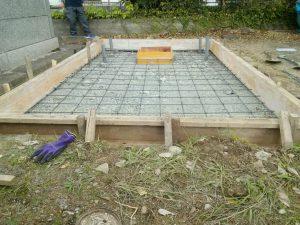 型枠を組み約20センチ間隔で鉄筋を組んでコンクリートのひび割れを防ぎます。