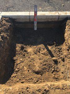 まずは根掘工から行います。通路面から約30センチ程掘り下げます。