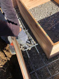 コンクリートを流し込む前に約20センチ間隔で鉄筋を組んでいきます。鉄筋を組む事でコンクリートのひび割れを防ぎます。