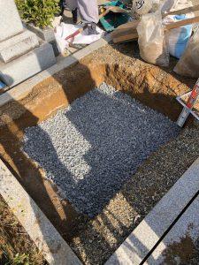 次に転圧工を行います。砕石を敷き詰めて人力でしっかり踏み固めます。