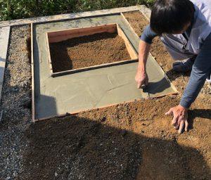 最後にコンクリートを流し込みコテで均一に均します。一定の養生期間をおいて型枠を外して基礎工事の完成です。