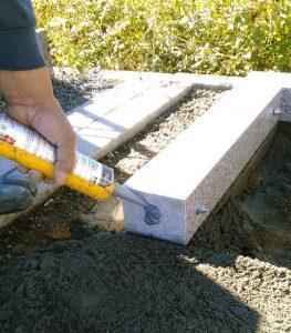 まずは外柵から。石材用ボンドとモルタルを使用して石材同士しっかりと固定します。