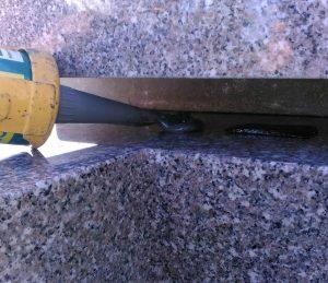 石材の重なる部分には免震シートを使用して地震の揺れを軽減します。