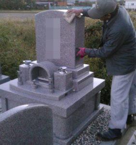 建立したお墓とその付近を丁寧に清掃します。