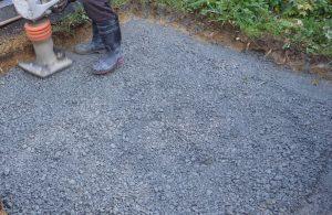 """次に転圧工を行います。敷地に砕石を敷き詰めてランマーなどでしっかりと踏み固めます。"""""""""""