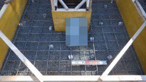 配筋工。コンクリートのひび割れを防ぐため、約20センチ間隔で鉄筋を組んでいきます。