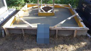 最後にコンクリート打設工です。型枠にコンクリートを流し込みます。一定の養生期間をおいて型枠を外して基礎工事の完成です。