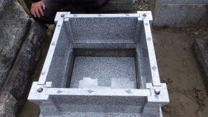 このように石材の隅々にはサビに強いステンレス金具を使用して石材同士しっかりと固定します。