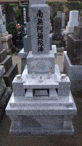 伝統的な和型のお墓が無事完成しました。石種にはG688中目の白御影石を使用しています。