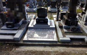 河北山崎を使用した洋型墓石の完成です。お参り部分には五色の玉砂利を敷き詰めました。