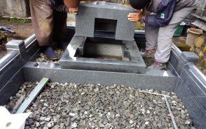 石材の重なる部分には免震シートを使用して大切なお墓を地震からお守りします。