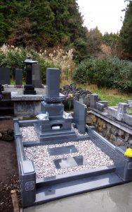 伝統的な和型のお墓が完成しました。風格を感じさせる上下蓮華や香箱加工を施した竿石などスタンダードな中に細かな細工が光る華やかな和型のお墓です。