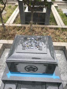 大切なお墓をお守りする為、石材の重なる部分には免震シートを使用して地震の揺れを軽減します。