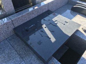 石材の重なる部分には免震シートを使用して地震から大切なお墓をお守り致します。